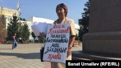 Жительница Уральска Актоты Нургалиева протестует возле здания городского акимата. Западно-Казахстанская область, 11 августа 2015 года.