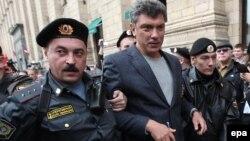 Ресей милиционерлері оппозициялық саясаткер Борис Немцовты әкетіп барады. Мәскеу, 31 тамыз 2010 жыл.