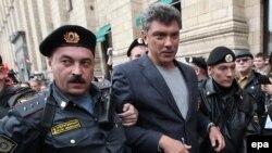 Милиционеры задерживают политика Бориса Немцова. Москва, 31 августа 2010 года.