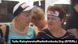 На головах протестувальників зав'язані стрічки з надписом «Я голодую за Тимошенко»