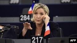 Одна з найвідоміших політиків-євроскептиків – очільниця французької партії «Народний фронт» та кандидатка в президенти Франції Марін Ле Пен