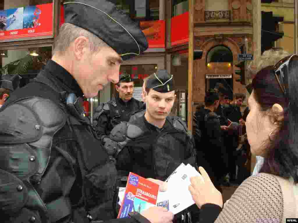 НАТО саммиті барысында Франция полициясы Азаттық тілшілерінің құжаттарын тексеріп жатыр. Страсбург, 3 сәуір 2009 жыл. - Полицейские Франции проверяют документы у корреспондентов радио Азаттык во время освещения саммита НАТО в Страсбурге. 3 апреля 2009 года.