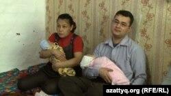 Cемейная пара с детьми на руках. Иллюстративное фото.