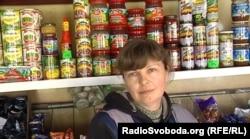 Продавчиня у продуктовому магазині в Старобешеві