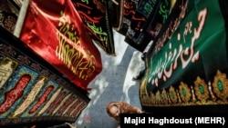 ایرانیان در آستانه فرارسیدن محرم برای بزرگداشت امام سوم شیعیان آماده میشوند.