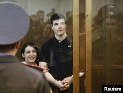 Неонацистік топ мүшелері Никита Тихонов пен Евгения Хасис сотта тұр. Мәскеу, 6 мамыр 2011 жыл.