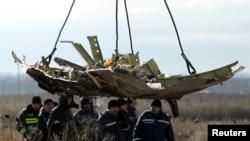 Фрагмент рейса MH17 «Малайзийских авиалиний», сбитого в небе на востоке Украины в июле 2014 года.