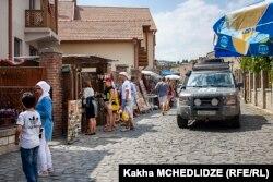 Тбилиси маңындағы Мцхет қаласында жүрген туристер.