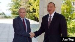 Prezident İlham Əliyev rusiyalı həmkarı Vladimir Putinlə (arxiv fotosu)