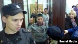 Илмир Имаев (уртада) 2014 елның 18 декабрендә Казанда хөкем карарыннан соң