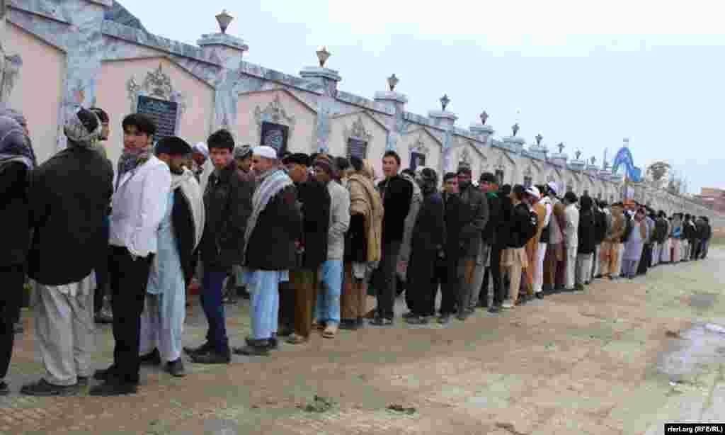 صف رای دهندگان در بلخ