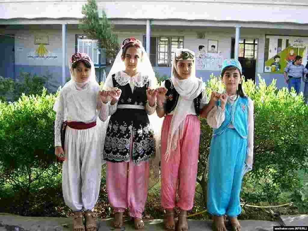 Türkmen mekdebiniň okuwçylary