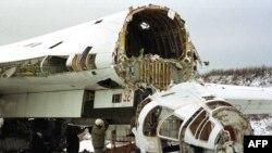 Розрізаний стратегічний бомбардувальник Ту-160 на військовому аеродромі, 2 лютого 2001 року. Літак знищено в рамках відмови України від ядерної зброї, що було обумовлено Будапештським меморандумом, підписаним у 1994 році. Згідно із цим Меморандумом США, Росія і Велика Британія зобов'язалися, поважати незалежність, суверенітет та існуючі кордони України