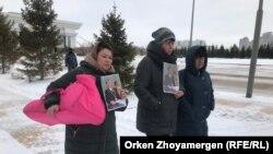 Вышедшие на пикет (слева направо) Елена Сатыбаева, Ирина Овчаренко и Ирина Маженова. Астана, 28 февраля 2019 года.