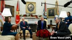 Donald Tramp tokom sastanka sa liderima demokrata u Kongresu Nensi Pelosi i Čakom Šumerom 11. decembra 2018.