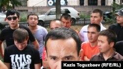 Метро құрылысының жұмысшылары ереуілге шықты. Алматы, 10 тамыз 2010 ж.