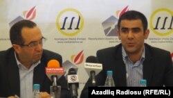 Пресс-конференция института прав медиа. Рашид Гаджилы (слева) и Халид Агаев. Баку, 2012