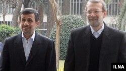 Иран президенті Махмуд Ахмединежад (сол жақта) пен парламент спикері Әли Лариджани.