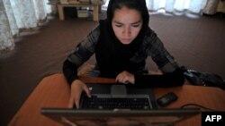 Пользовательница компьютера из Афганистана. Иллюстративное фото.