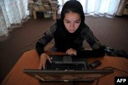 Интернет-кафеларда назоратни кучайтириш ёшларни тақиқланган сайтлардан иҳота қилиб бўлмайди, дейди тадбиркор.