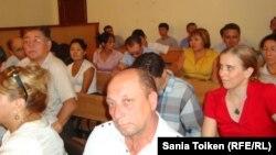 Владимир Козлов, Серік Сапарғали және Ақжанат Әминовтің сотына қатысып отырған адамдар. Ақтау, 16 тамыз 2012 жыл.
