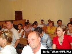 Присутствующие в зале на суде по делу оппозиционных деятелей Акжаната Аминова, Серика Сапаргали и Владимира Козлова. Актау, 16 августа 2012 года.