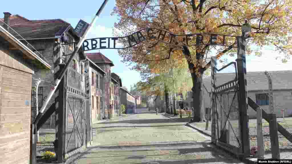 """Вход в бывший концентрационный лагерь Освенцим. Надпись над воротами гласит: """"Труд делает свободным"""""""