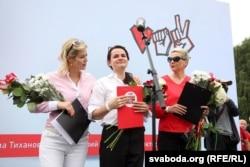 Митинг в поддержку Светланы Тихановской в Минске. Слева направо: Вероника Цепкало, Светлана Тихановская, Мария Колесникова