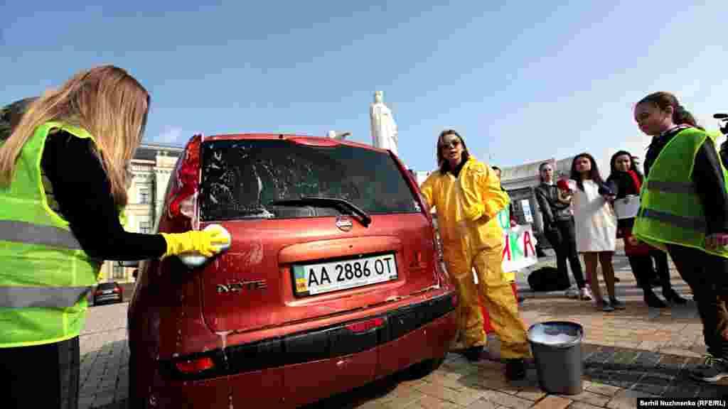 Щоби задовольнити всіх автомобілістів, прямо на Михайлівській площі активісти відкрили автомийку