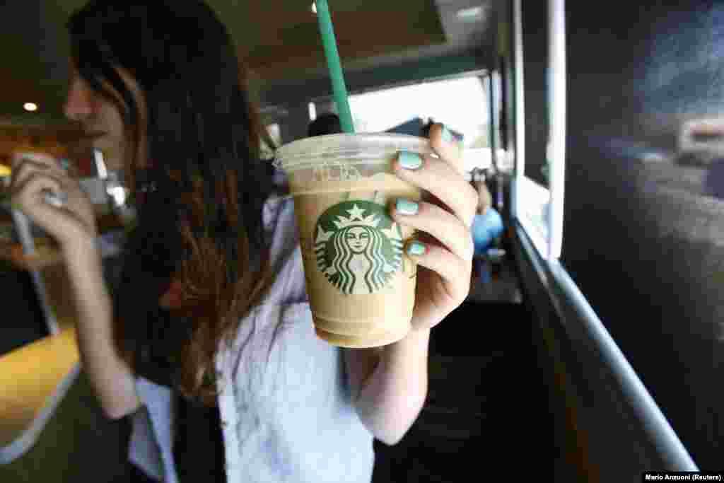 Влияние пластиковых трубочек на окружающую среду – тема для дискуссий. Некоторые группы утверждают, что они являются одним из «главных факторов загрязнения морской среды», в то время как другие говорят, что соломинки составляют всего один процент отходов из пластика, попадающих в океан. Как бы то ни было, соломинки стали громоотводом в спорах об отходах из пластика. Американский гигант Starbucks даже пообещал к 2020 году избавиться от пластиковых трубочек во всех своих кофейнях по всему миру.