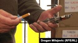 Продавец электронных сигарет демонстрирует свою продукцию. Иллюстративное фото.