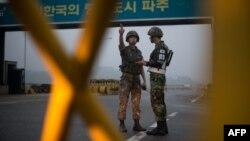 Հարավկորեացի զինվորներ Հարավային և Հյուսիսային Կորեաների սահմանի մոտ, արխիվ