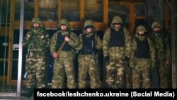 Бійці батальйону «Дніпро-1» біля офісу «Укрнафти», 22 березня 2015 року (фото: Сергій Лещенко)