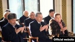 Авторы нового отчета отметили, что правительством Шавката Мирзияева (в центре), как и его предшественника Каримова, «руководит крайне коррумпированная группа».