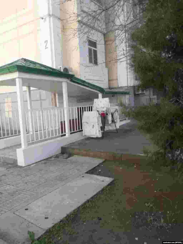 Жителям Ашхабада запрещено сушит белье на балконах и окнах.
