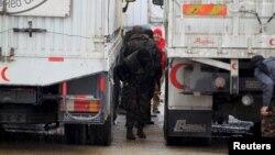 Kryengritësit duke i kontrolluar kamionët me ndihma në Siri