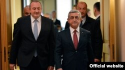 Gürcüstan prezidenti Giorgi Marqvelaşvili (solda) və Ermənistan prezidenti Serj Sarkisyan