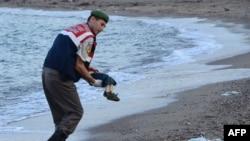 Тело 3-летнего сирийского беженца нашли турецкие спасатели на берегу Эгейского моря
