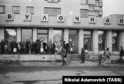 Очередь в один из продовольственных магазинов Санкт-Петербурга