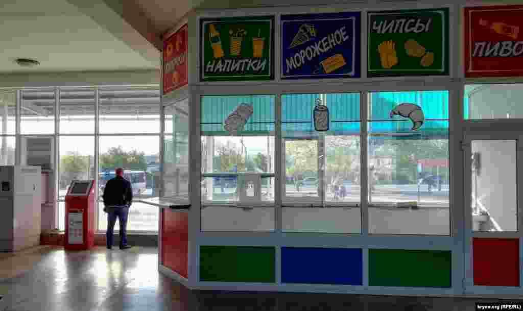 Единственная торговая точка внутри автостанции с начала режима самоизоляции пуста