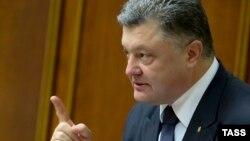 Президент України Петро Порошенко перед голосуванням за зміни до Конституції в частині децентралізації, парламент, 16 липня 2015 року