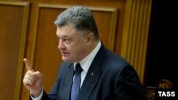 Пётр Порошенко выступает в Верховной Раде перед голосованием за поправки конституции о децентрализации власти, 16 июля 2016 года