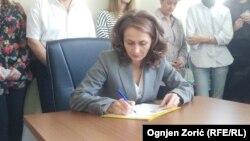 Poverenica za zaštitu ravnopravnosti, Brankica Janković, potpisuje peticiju