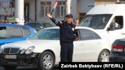 Бішкек көшесінде жол қозғалысын реттеп тұрған полиция қызметкері. (Көрнекі сурет.)