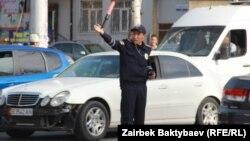 Сотрудник дорожно-патрульной милиции регулирует движение на улице в Бишкеке. Иллюстративное фото.