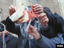 Bakıda 20 Yanvar qırğınına etiraz olaraq sakinlər Kommunist Partiyasına üzvlük vəsiqələrini yandırırlar
