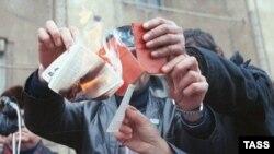 1990. İnsanlar partiya biletlərini cırırlar