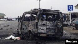 Сгоревший автомобиль у поста ДПС в Дагестане. Дербентский район, 15 февраля 2016 года.