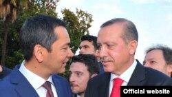 Премьер-министры Кыргызстана и Турции - Омурбек Бабанов и Реджеп Эрдоган, Стамбул, 5 июня 2012 года.