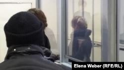 Яна Есакова (справа), жительница Темиртау, обвиняемая в мошенничестве. Темиртау, 23 ноября 2015 года.